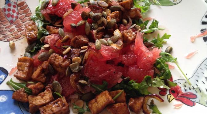 Sałatka: rukola, tofu i grejpfrut