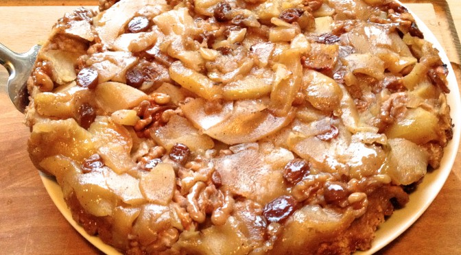Tarta jabłkowa z włoskimi orzechami i rodzynkami